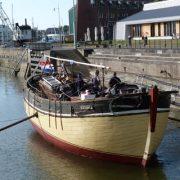 Boot geschilderd met Allback lijnolieverf Zweeds rood, Limburgs geel en zwart.