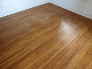 Dit ziet er heel goed uit. De meeste mensen zouden een vloer zoals deze schuren, maar dat is in dit geval niet nodig. Nu kan de Allbäck transparante lijnoliewax aangebracht worden. Zijn er na het schoonmaken van een vloer opstaande vezels, dan moet de vloer in zijn geheel licht opgeschuurd worden.
