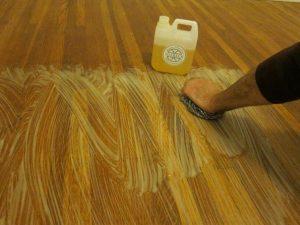 Maak de vloer nat met water en breng dan de zeep aan. Schrob met een roestvrij stalen pad in de richting van de nerf.