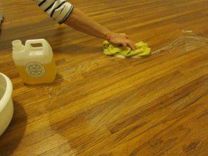 Doe het in delen en zorg ervoor dat de vloer niet opdroogt voordat het vuil en de zeep is afgenomen met een microvezeldoek. Voeg meer lijnoliezeep toe als het vuil er niet voldoende afkomt. .