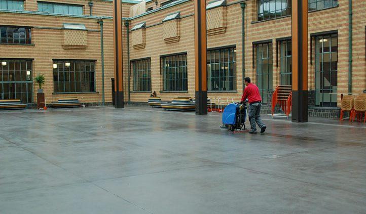 Vloer van het Gemeentemuseum Den Haag wordt gezeept met Allback lijnoliezeep.